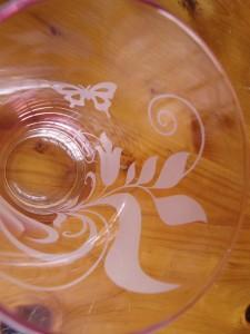 グラス全体に流れるように入れた柄